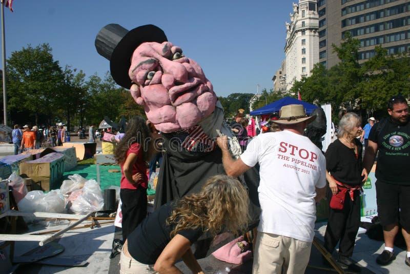 Ocupe activistas da C.C. preparam o fantoche gigante fotografia de stock royalty free