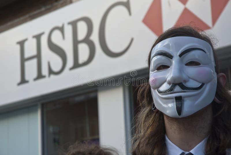 Ocupe a máscara desgastando de Fawkes do indivíduo do activista de Exeter fotos de stock