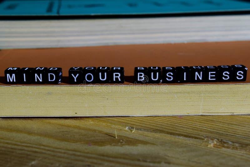 Ocupe-se de seu negócio em blocos de madeira Conceito da motivação e da inspiração imagens de stock