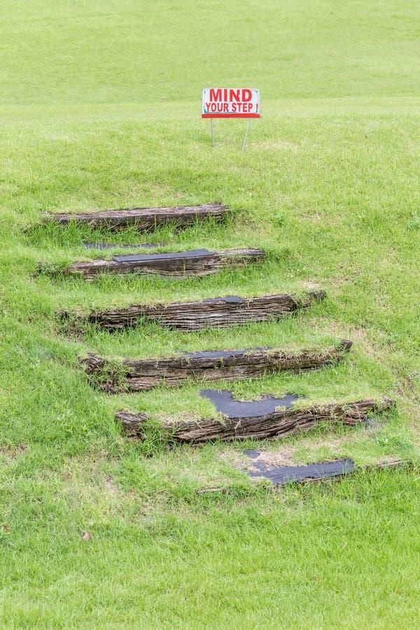 Ocupe-se de seu sinal de aviso da etapa alertar sobre de etapas de madeira naturais fotos de stock royalty free