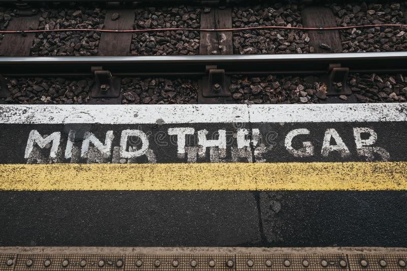 Ocupe-se do sinal da diferença uma plataforma exterior da estação do verde de Golders, Londres, Reino Unido imagens de stock royalty free
