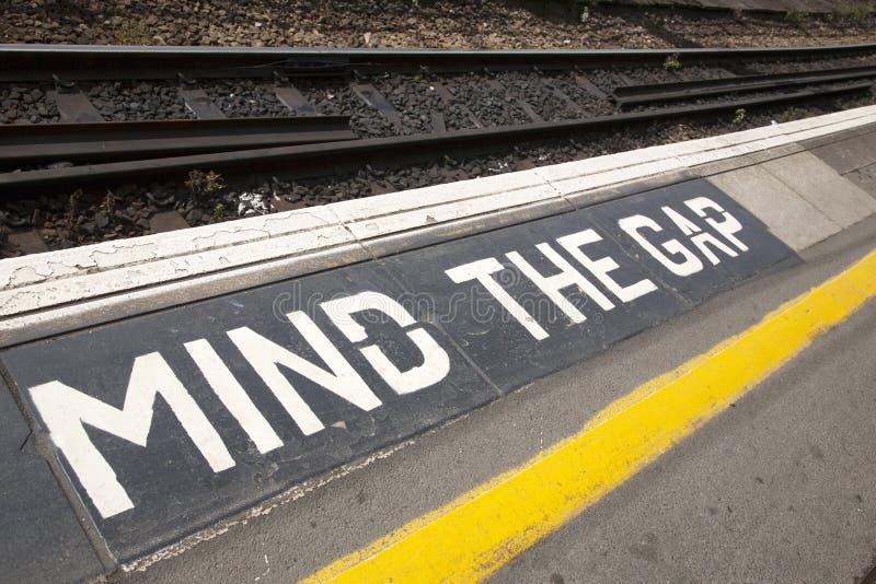 Ocupe-se do sinal da plataforma de Gap fotografia de stock royalty free