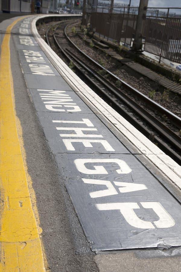 Ocupe-se do sinal da plataforma de Gap fotografia de stock