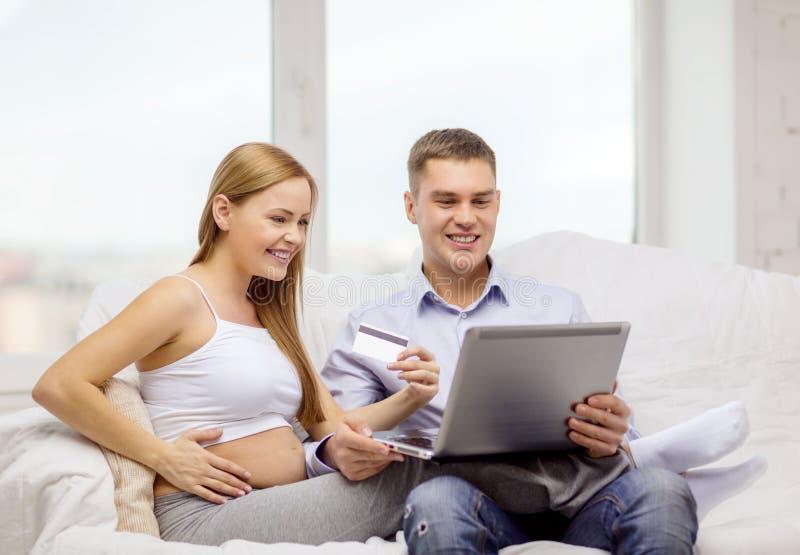 Oczekiwać rodziny z laptopem i kredytową kartą fotografia stock