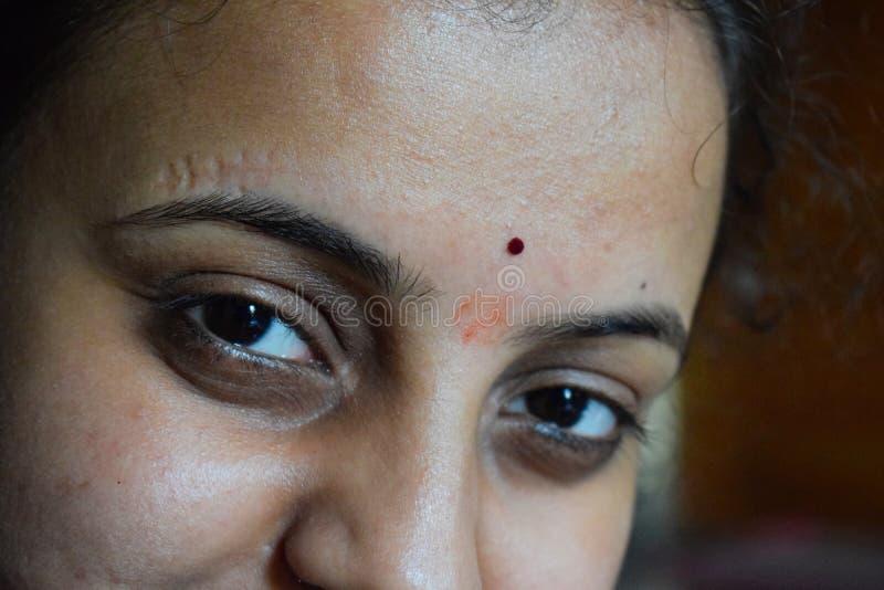 Oczy Indiańska dziewczyna z traditoinal bindi na jej czole obraz royalty free