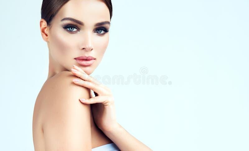 Oczy projektują jaskrawego makeup i włosy zbierających w czub fotografia royalty free