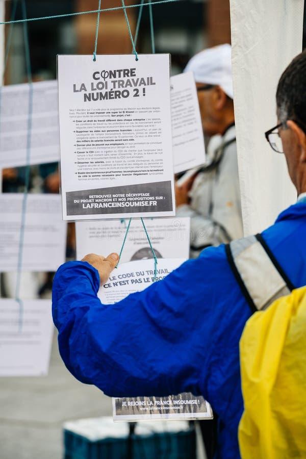Oczywisty czytanie przy protestem przeciw Macron prawom zdjęcie stock