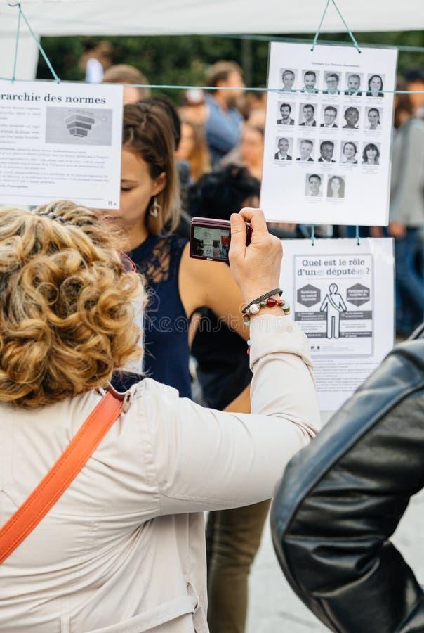 Oczywisty czytanie przy protestem przeciw Macron prawom obrazy royalty free