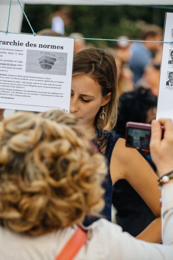 Oczywisty czytanie przy protestem przeciw Macron prawom fotografia stock