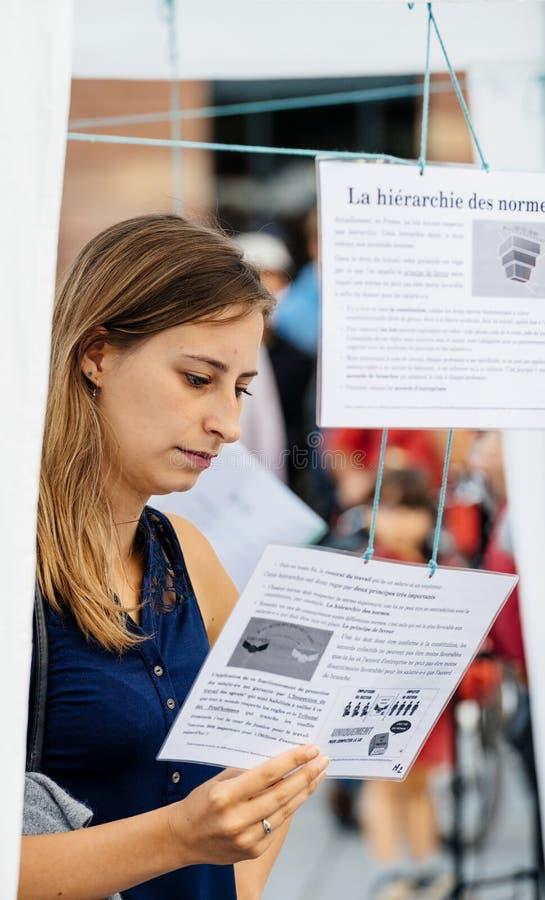 Oczywisty czytanie przy protestem przeciw Macron prawom zdjęcia stock