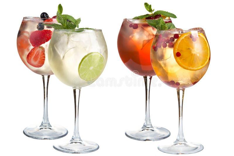 Odświeżająca alkoholiczka i bezalkoholowi koktajle z mennicą, owoc i jagodami na białym tle, Różnorodność koktajle wewnątrz zdjęcia royalty free