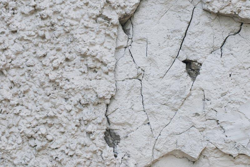 Odłupana i krakingowa szorstka grungy tekstura biel gipsował kamienną ścianę obrazy royalty free