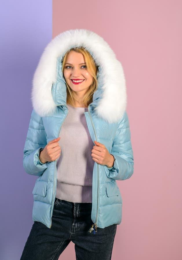 Odświętność styl i indywidualność Ładna kobieta w modnym puffer kobiety odzieży zimy ciepły żakiet smokingowej mody złoty model obraz royalty free