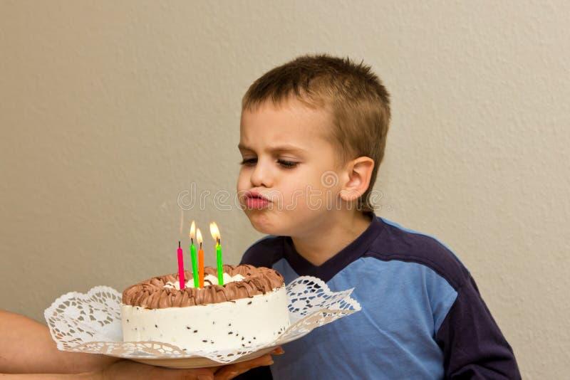 Odświętności kwinty chłopiec torta urodzinowego syna podmuchowa świeczka zdjęcia stock