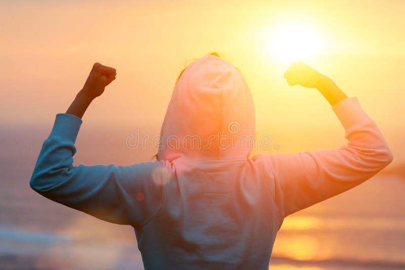 Odświętności sprawności fizycznej treningu sukces w kierunku słońca fotografia stock