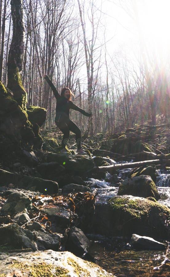 Odświętności wolności kobiety szczęśliwy uczucie żywy i ręki podnosić do nieba swobodnie, pozytywna dziewczyna w rzece w lesie zdjęcie royalty free