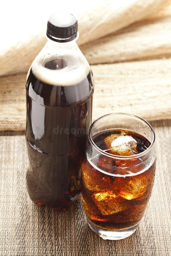 Odświeża Brown soda z lodem zdjęcia stock