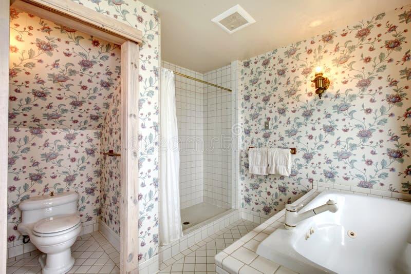 Odświeżająca jaskrawa kwiecista łazienka fotografia royalty free