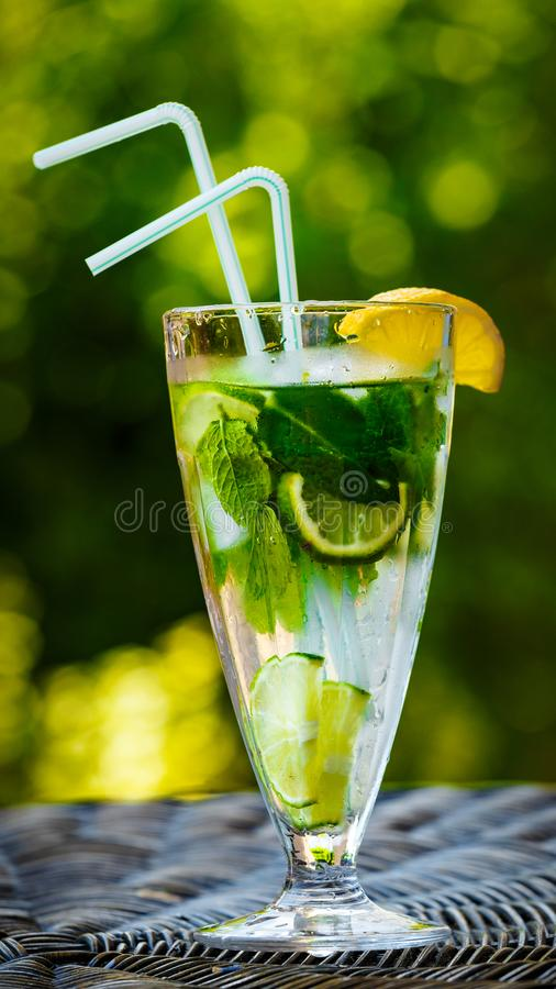 Odświeżająca lemoniada w gorącym letnim dniu fotografia royalty free