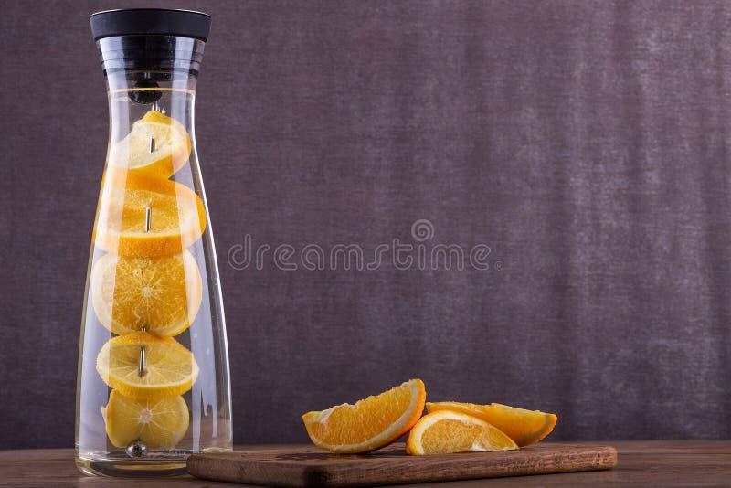 Odświeżająca woda z pomarańcze Pomarańcze pokrajać a w wodzie napój obrazy royalty free