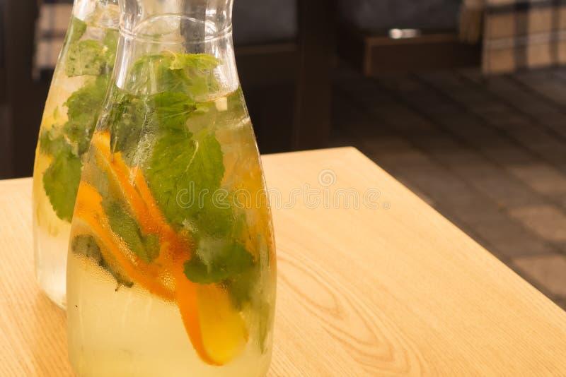 Odświeżającego cukieru bezpłatny napój robić z lodu zimna woda, wapno sok, plasterki wapno i świezi organicznie ziele od ogródu - obrazy stock