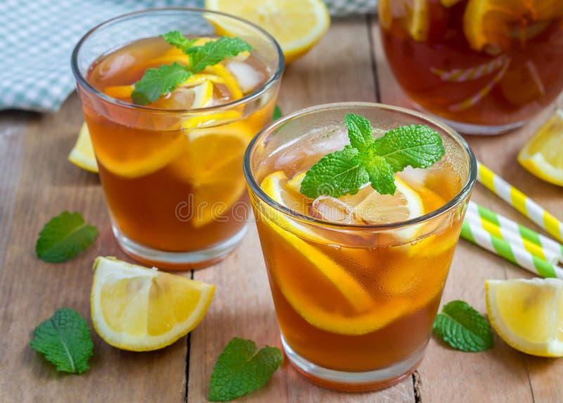 Odświeżającej domowej roboty cytryny lukrowa herbata fotografia stock