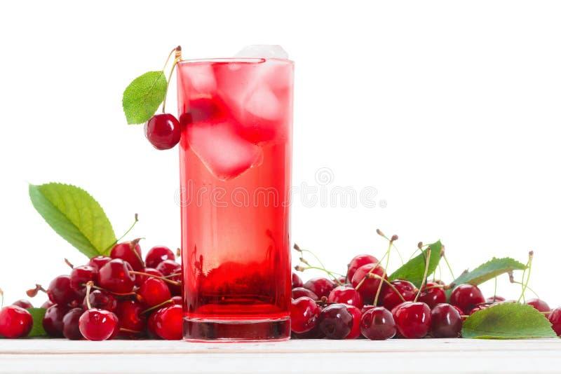 Odświeżający lato napój, wiśnia z kostką lodu, owocowy koktajl, jagoda i woda, fotografia stock
