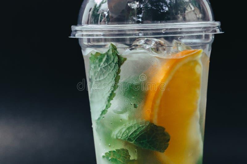 Odświeżający pije dla lata, zimnego cukierki i podśmietanie lemoniady soku z kostka lodu w szkłach garnirujących z pokrojonymi św obrazy royalty free