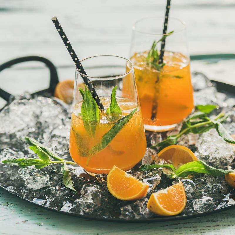 Odświeżający zimny alkoholiczny lato koktajl z pomarańcze i miętówką obrazy royalty free