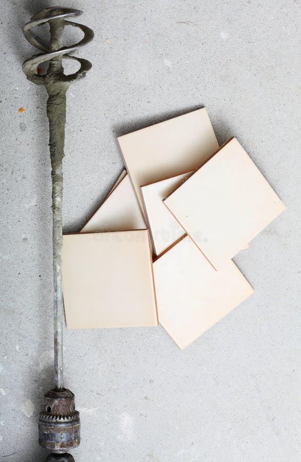 Odświeżania narzędzia świder dla beton płytek i mieszać w domu fotografia stock