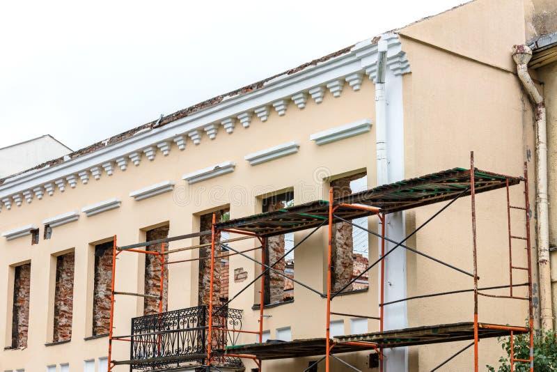 Odświeżanie stary budynek mieszkalny z rusztować blisko fac obrazy stock