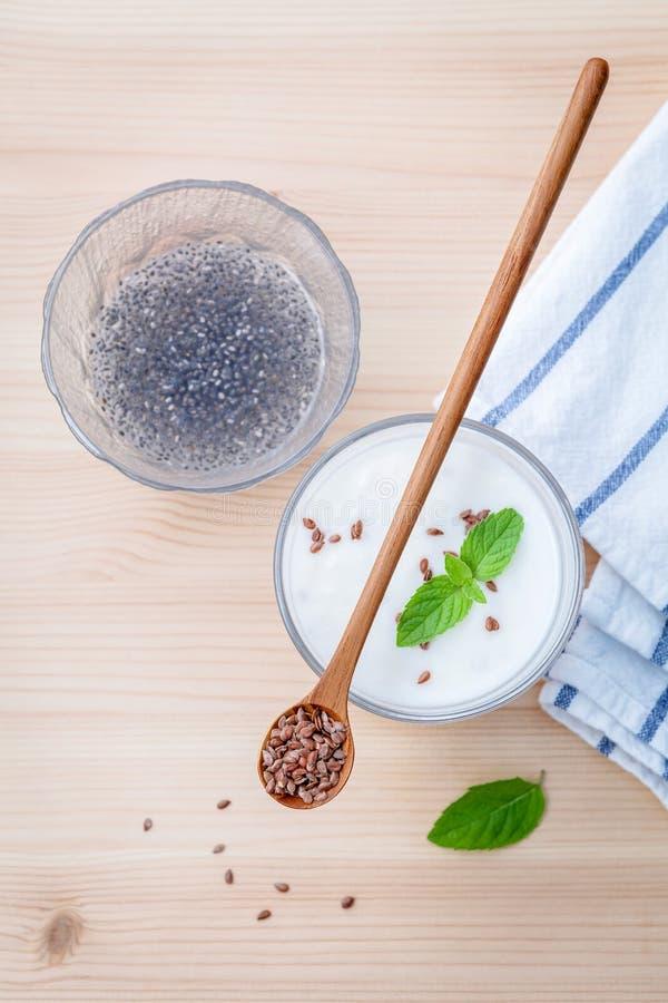 Odżywczy lnów ziarna z szkłem grecki jogurt i drewniany spoo fotografia royalty free