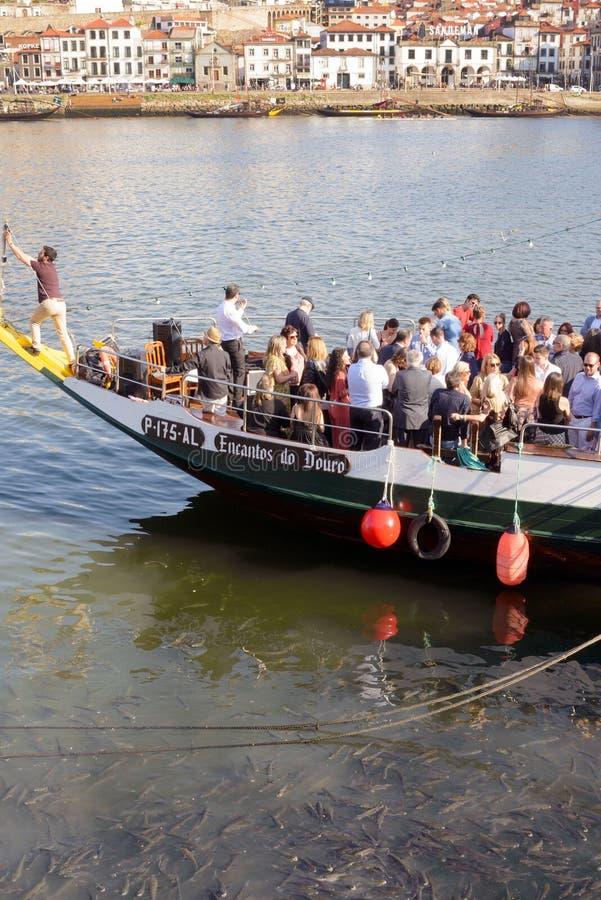 Od bulwaru Douro rzeka żegluje przyjemności łódź z turystami Rozochocony nastrój i gość restauracji zdjęcia royalty free