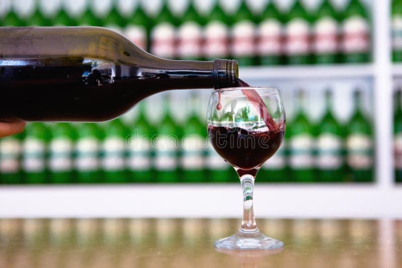 Od butelki wino nalewa w szkło zdjęcie royalty free