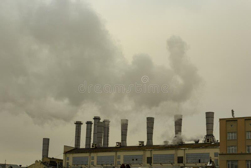 Od drymb fabryka iść dym niebo fotografia royalty free