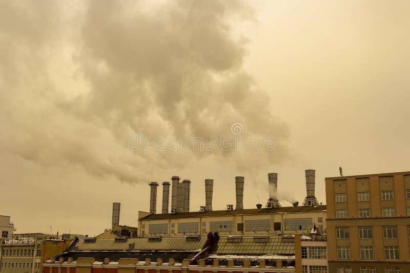 Od drymb fabryka iść dym niebo zdjęcia stock