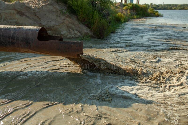 Od fajczanej wody płynie w rzekę jezioro morze Zanieczyszczenie środowiska, ekologiczna katastrofa obrazy stock