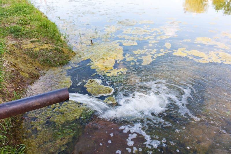 Od fajczanej wody płynie w rzekę, morze Środowiskowy polityk obrazy royalty free