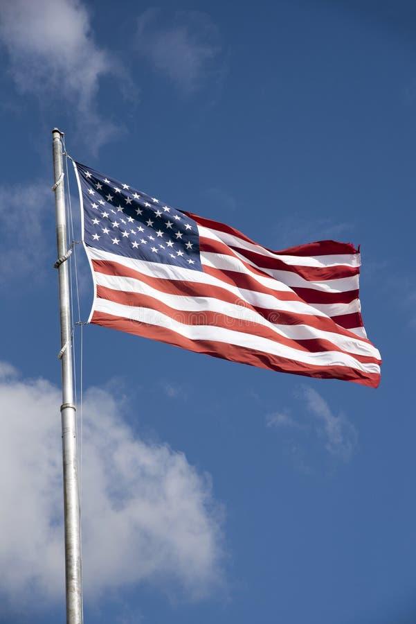 Od flagpole flaga amerykańskiej latanie obraz stock