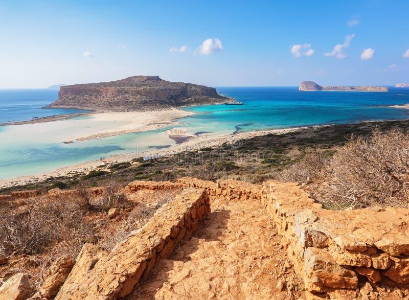 Od kroków otwiera nieprawdopodobnego widok na krajobrazie z morzem lazuru kolor, piaskiem i góry plażą, Cumujący statek obraz stock