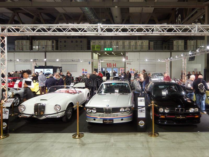 Od lewej do prawej, biały Lancia chełbii B24 S pająk 1955, Srebny BMW 3 Mediolan Lombardy Włochy, Listopad 23 -, 2018 - (0) CSL - obraz royalty free