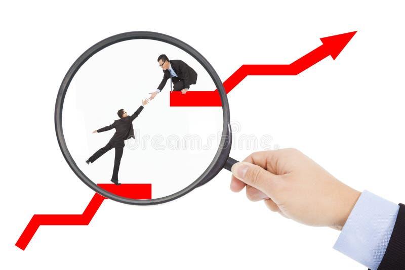 Od magnifier, zakłada biznesową pracę zespołową w rynku papierów wartościowych obrazy stock