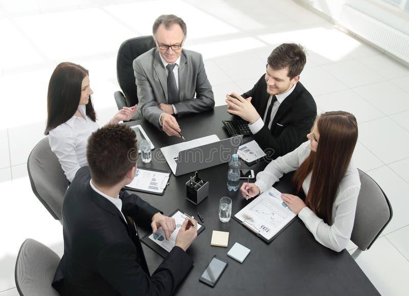 od odgórnego widoku biznes drużyna dyskutuje problem z biznesem zdjęcie stock