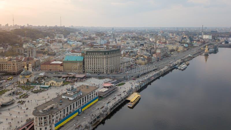 Od ptasiego ` s oka widoku rzeczna stacja, Pocztowy kwadrat z St Elijah kościół, turystyczne łodzie w mieście Kijów zdjęcia stock