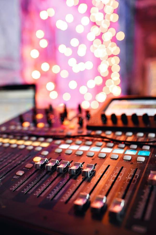 Od regelaars en rode knopen van een het mengen zich console Het wordt gebruikt voor geluidssignalenwijzigingen om gewenst te bere stock foto's