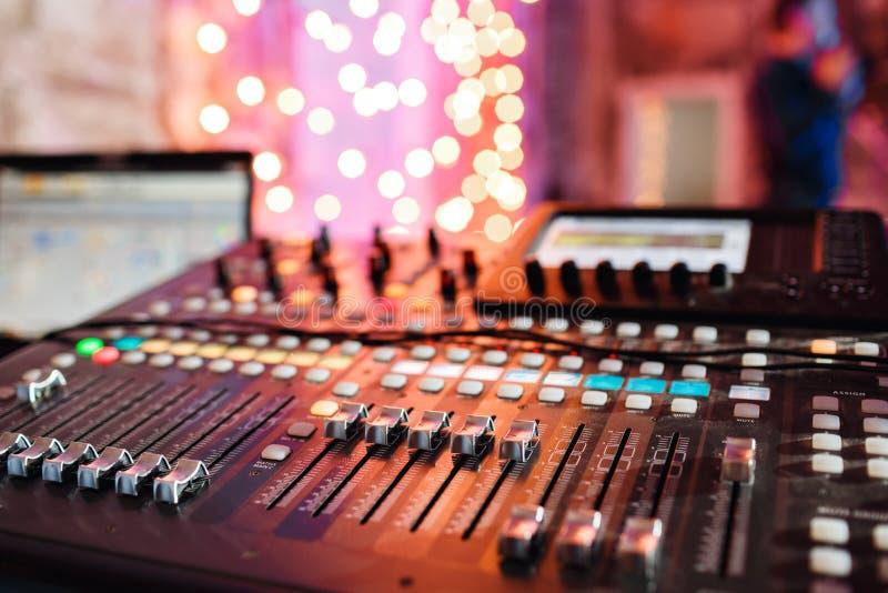 Od regelaars en rode knopen van een het mengen zich console Het wordt gebruikt voor geluidssignalenwijzigingen om gewenst te bere stock afbeelding