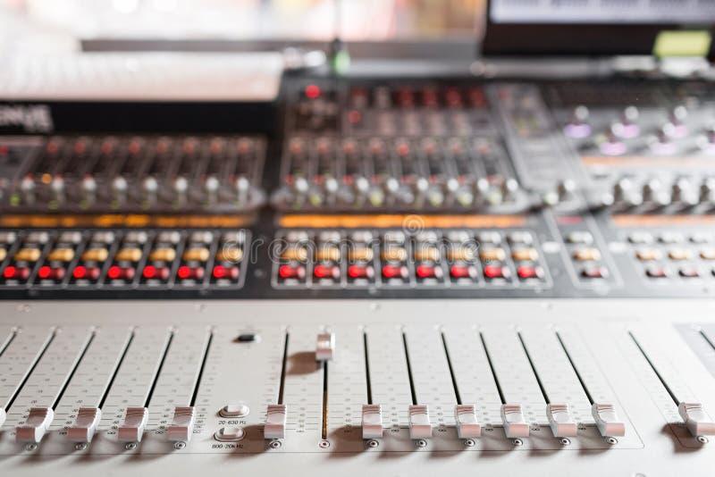 Od regelaars en rode knopen van een het mengen zich console Het wordt gebruikt voor geluidssignalenwijzigingen om gewenst te bere royalty-vrije stock afbeelding