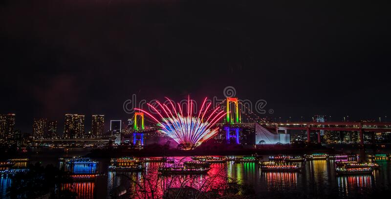 Odaiba, Τόκιο, Ιαπωνία στις 7 Δεκεμβρίου 2019: Η γέφυρα Rainbow ως το τέλειο σκηνικό για πυροτεχνήματα κατά τη διάρκεια του Odaib στοκ φωτογραφία