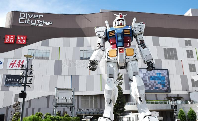 ODAIBA, JAPÃO - 6 de setembro de 2016: Esta é plaza exterior do Tóquio de DiverCity das mostras sem redução da estátua da réplica imagem de stock
