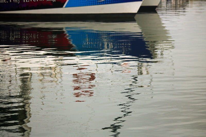 ODBICIA łódź W wodzie obrazy royalty free